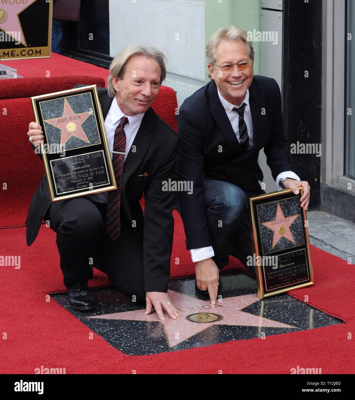 """Dewey Bunnell (L) y Gerry Beckley, miembros del grupo de rock clásico y ganador de un premio Grammy, """"el dúo América, sujetar placas de réplica después de que fueron honrados con el 2,459th estrella en el Paseo de la Fama de Hollywood durante una ceremonia en Los Angeles el 6 de febrero de 2012. UPI/Jim Ruymen Imagen De Stock"""