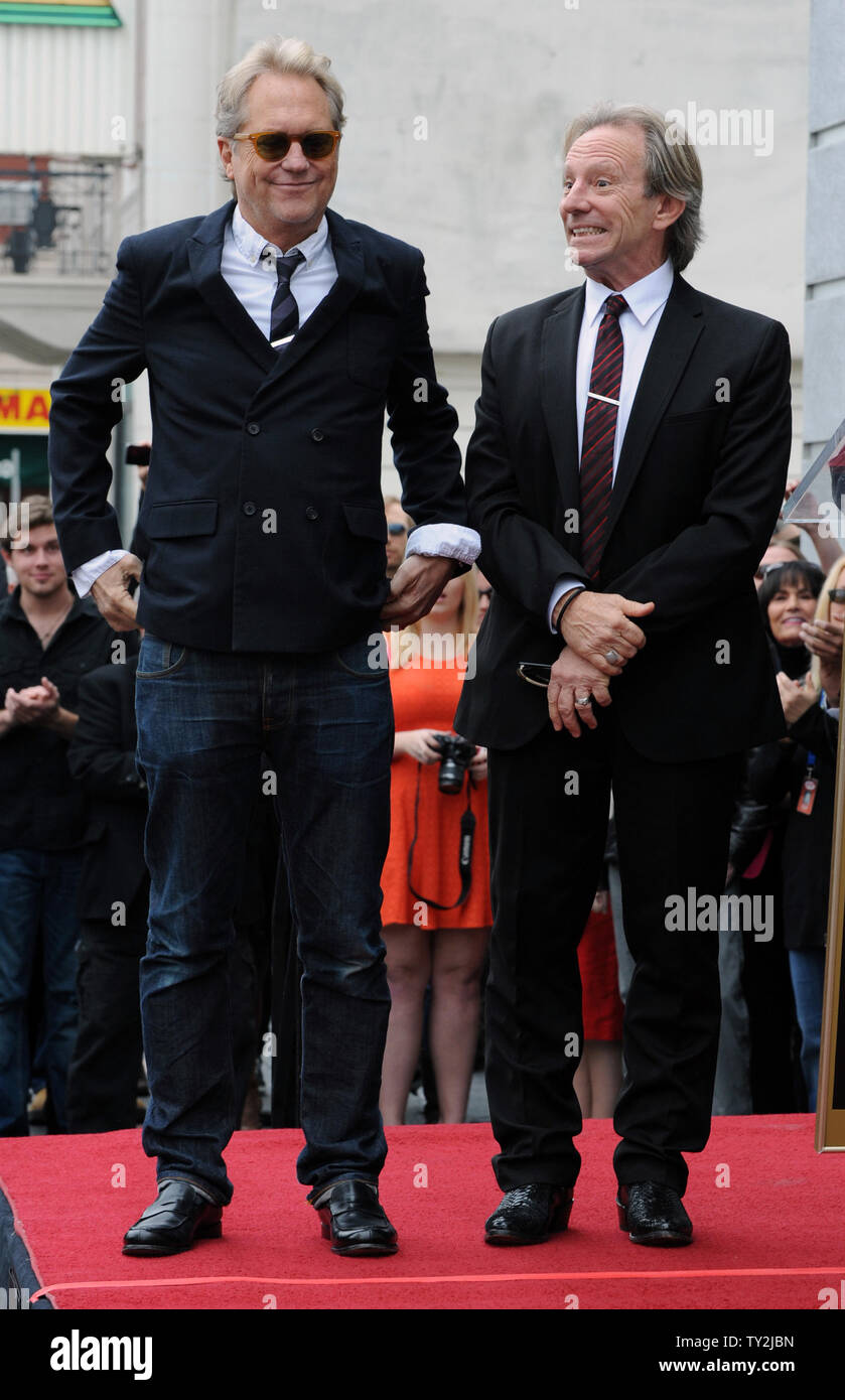 """Gerry Beckley (L) y Dewey Bunnell (R), miembros del grupo de rock clásico y ganador de un premio Grammy, """"el dúo América, se presentó durante una inauguración cereminy honrarlos con el 2,459th estrella en el Paseo de la Fama de Hollywood en Los Angeles el 6 de febrero de 2012. UPI/Jim Ruymen Imagen De Stock"""