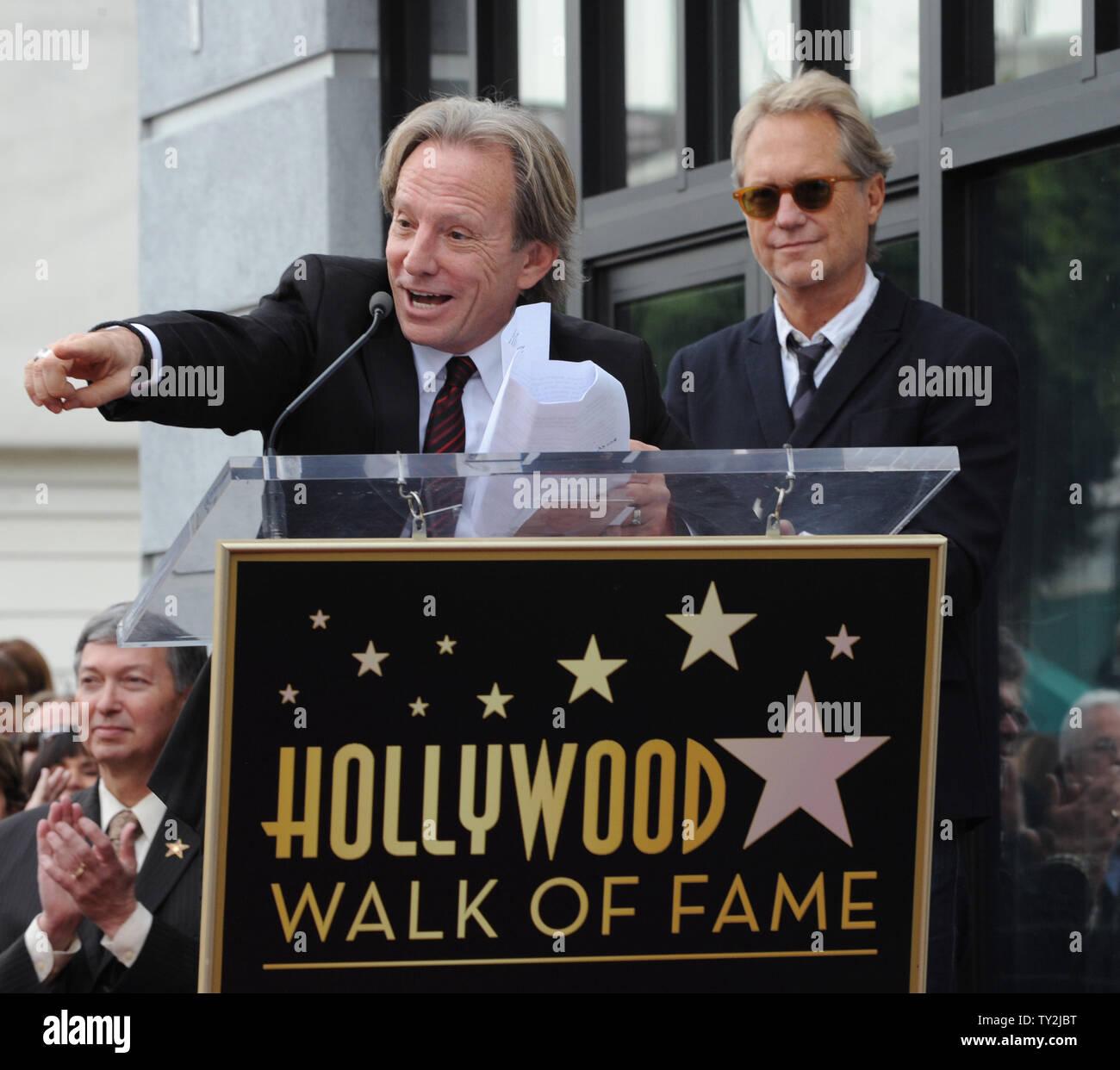 """Dewey Bunnell (L) y Gerry Beckley, miembros del grupo de rock clásico y ganador de un premio Grammy, """"el dúo América, hacer comentarios después que fueron honrados con el 2,459th estrella en el Paseo de la Fama de Hollywood durante una ceremonia en Los Angeles el 6 de febrero de 2012. UPI/Jim Ruymen Imagen De Stock"""