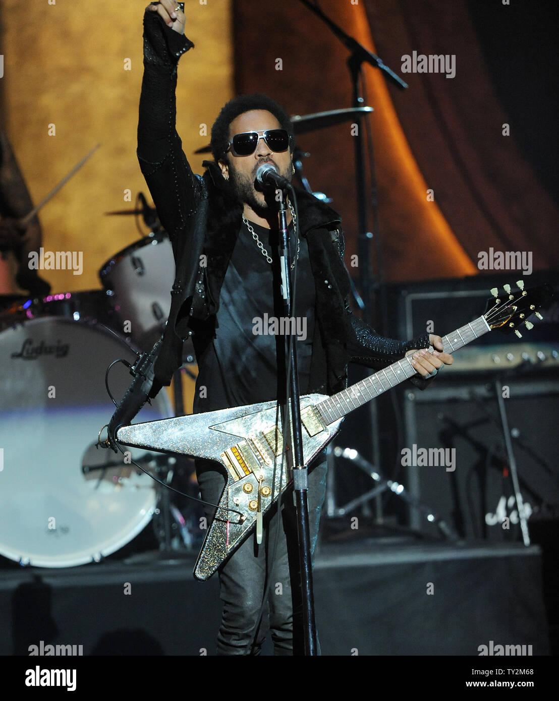 """El cantante Lenny Kravitz realiza """"blancos y negros en América/Vas a ir a mi manera"""" en el escenario en la 43ª NAACP Image Awards en el Shrine Auditorium en Los Ángeles el 17 de febrero de 2012. UPI/Jim Ruymen Imagen De Stock"""