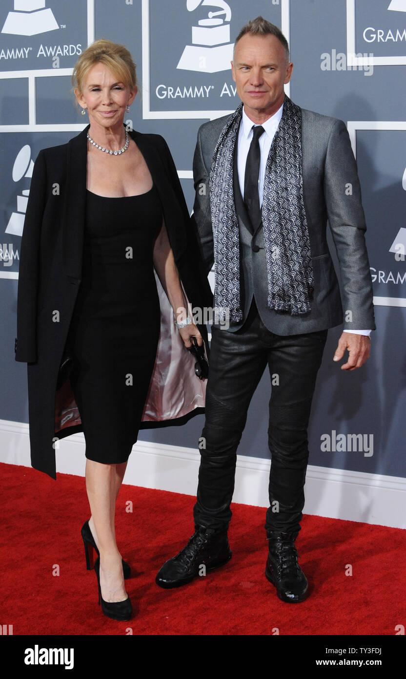 El músico Sting y su esposa Trudie Styler llegan a la 55ª entrega anual de los Premios Grammy en el Staples Center de Los Angeles el 10 de febrero de 2013. UPI/Jim Ruymen Foto de stock