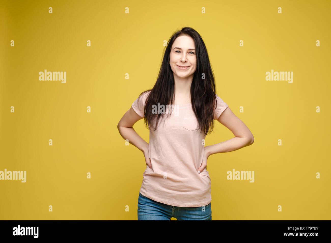 da8eb1145 Slim mujer vistiendo la camiseta blanca y pantalones vaqueros constante  permanente Imagen De Stock