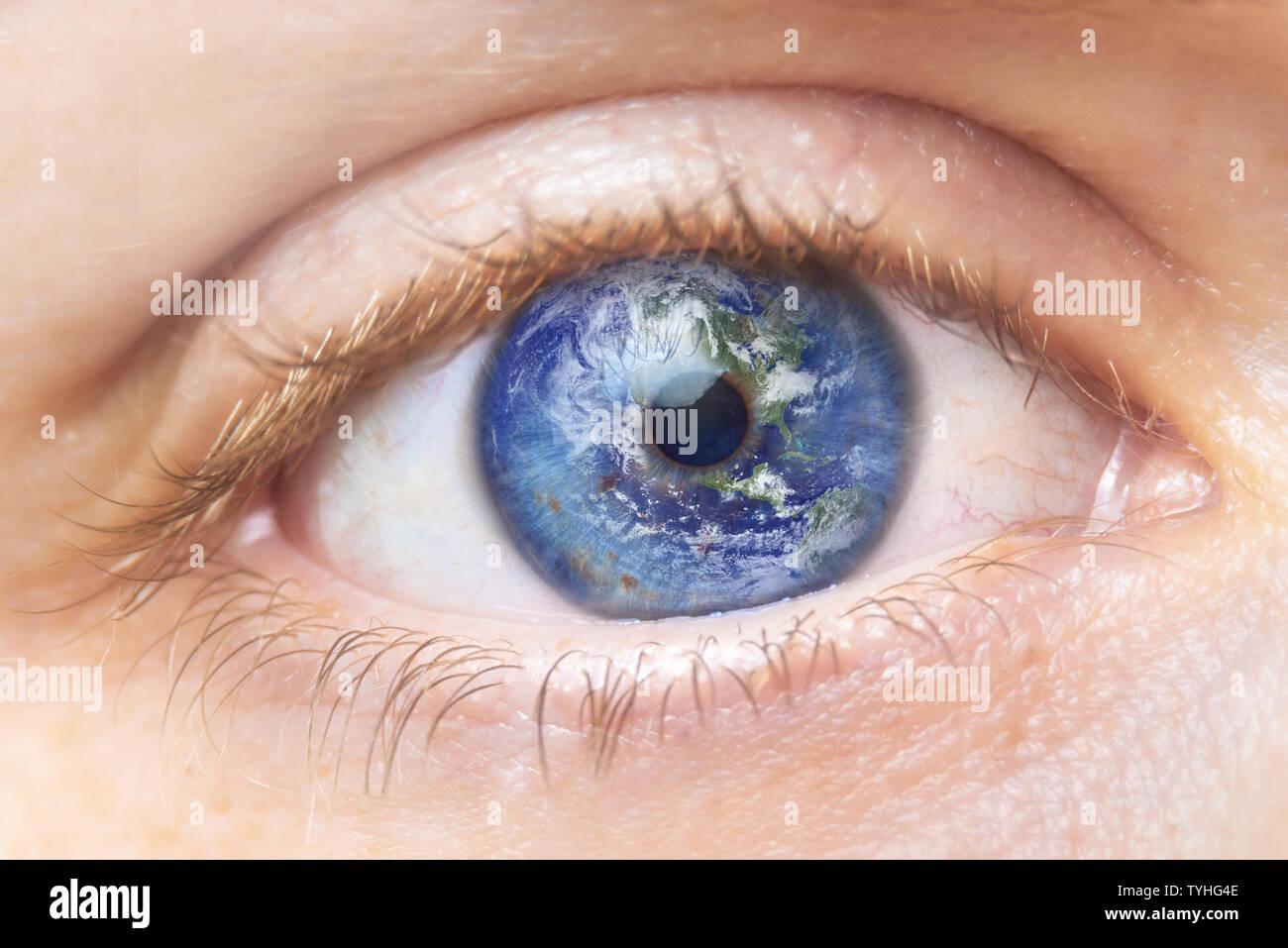 Concepto de conservación del medio ambiente. Cerrar imagen de mujer con la tierra en el ojo. Creative compuesto de macro con la tierra como el iris del ojo. Los elementos de esta imagen proporcionada por la NASA . Foto de stock