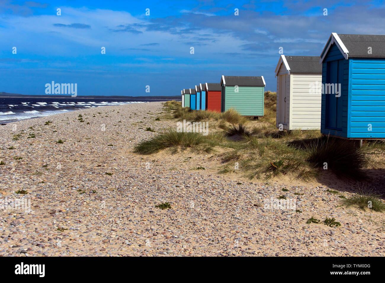 Coloridas casetas de playa, Findhorn (Escocia, Reino Unido) Foto de stock