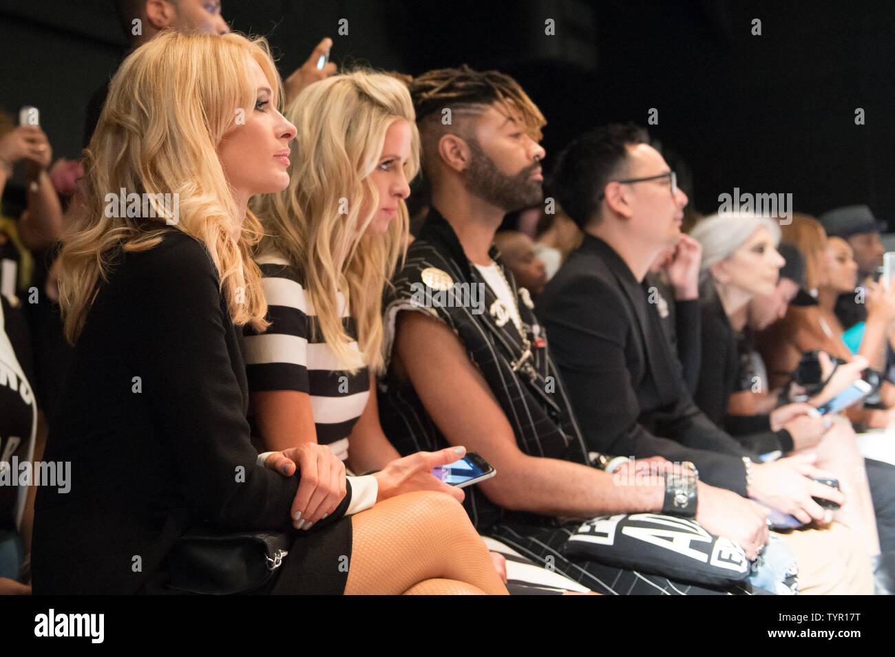 Paris y Nicky Hilton sentarse en la fila delantera del Michael Costello Fashion Show durante la Semana de la Moda de Nueva York colecciones Primavera/Verano 2016 en la Ciudad de Nueva York el 15 de septiembre de 2015. Foto por Andrea Hanks/UPI Foto de stock