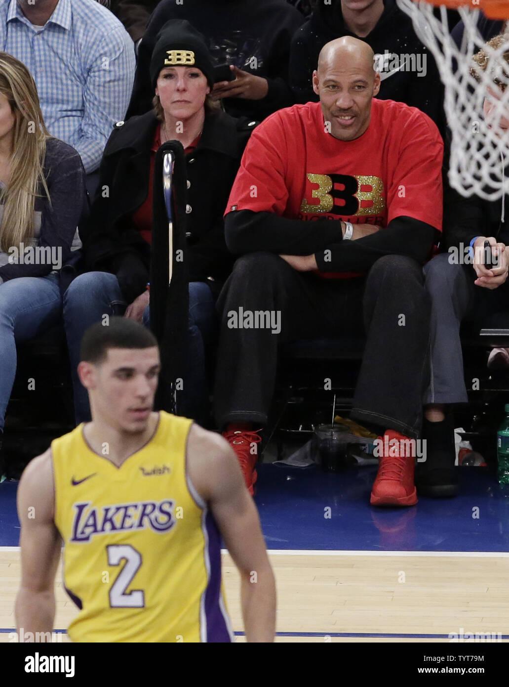 Bola de lavar relojes hijo Los Angeles Lakers Lonzo bola en la primera mitad contra los New York Knicks en el Madison Square Garden en la Ciudad de Nueva York el 12 de diciembre de 2017. Foto por John Angelillo/UPI Imagen De Stock