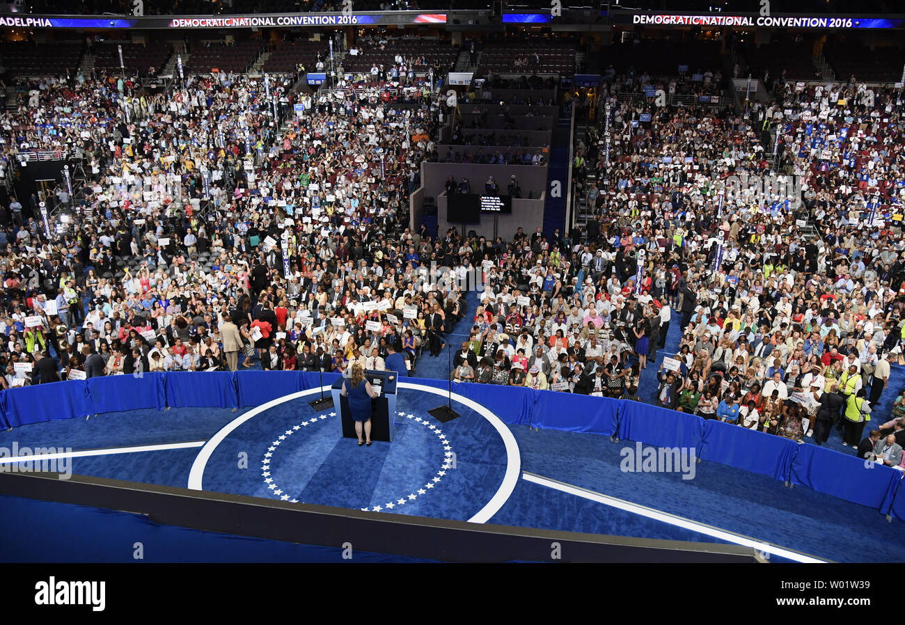 Delegado de Portland, Maine, Diane Russell hacer observaciones durante la Convención Nacional Demócrata en el Wells Fargo Center de Filadelfia, Pennsylvania el 25 de julio de 2016. Los delegados podrán confirmar la nominación de Hillary Clinton y Tim Kaine como los demócratas para las elecciones de noviembre. Foto por Mike Theiler/UPI Foto de stock