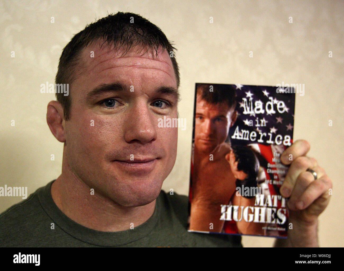 Matt Hughes, nueve veces Campeón Mundial de la UFC de Peso Welter y autor de The New York Times best-seller, 'made in America: el campeón más dominante en la historia de UFC', posa con su libro durante una conferencia de prensa en Clayton, Missouri, el 29 de enero de 2008. Hughes anunció que lucharán en una competencia de artes marciales mixtas en la zona de San Luis el 22 de febrero de 2008. (UPI foto/Bill Greenblatt) Foto de stock