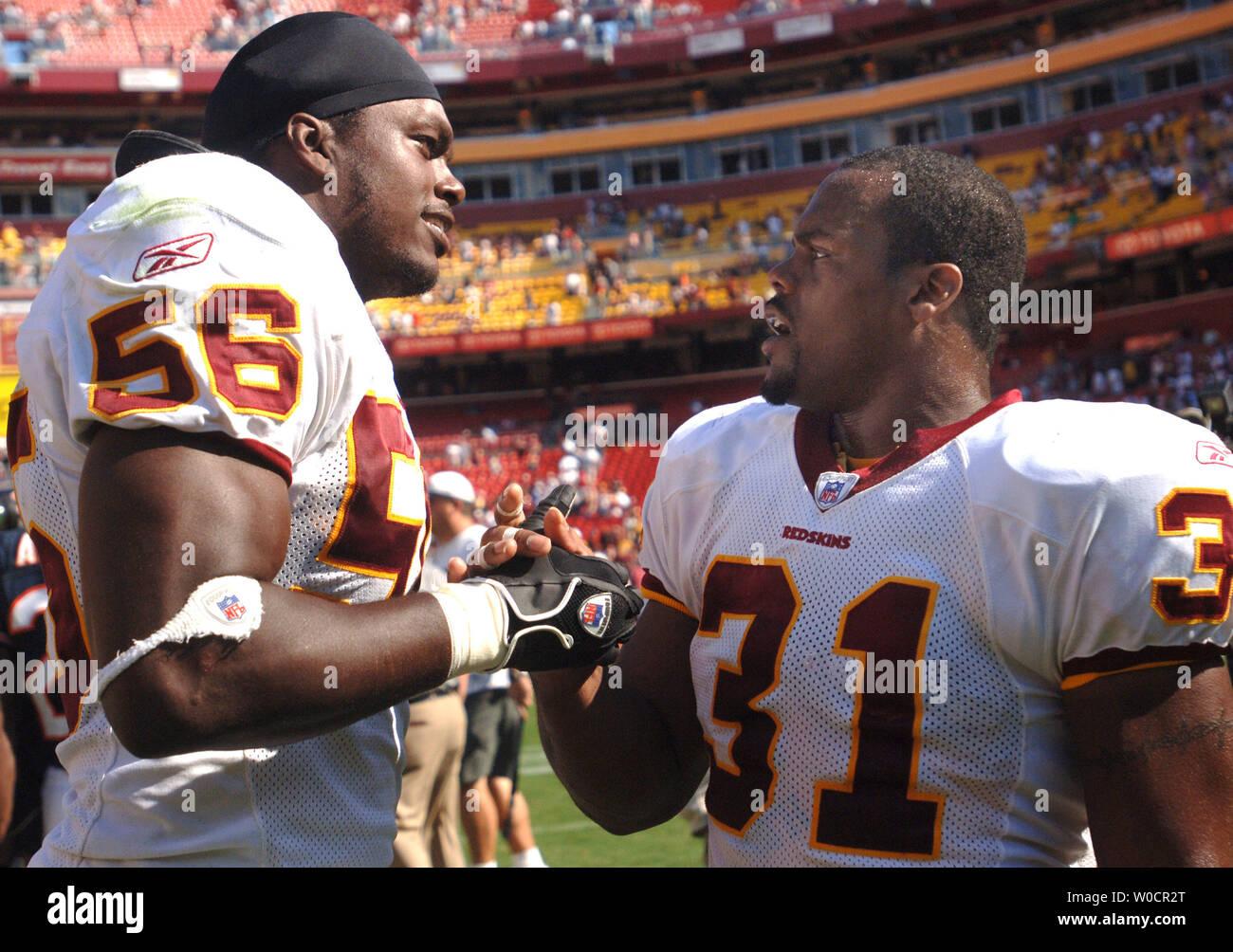 Washington Redskins' LaVar Arrington (56) y Rock Cartwright (31) se estrechan las manos después de derrotar a los Chicago Bears 9-7 en campo Fed Ex en Landover, MD en Septiembre 11 de 2005. (UPI foto/Kevin Dietsch) Imagen De Stock