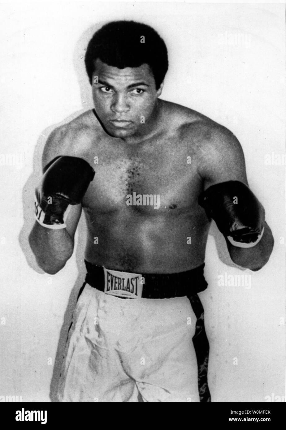 Gran boxeo Muhammad Ali murió a la edad de 74 años en Phoenix, Arizona, el sábado, 4 de junio de 2016. Se le muestra la foto de archivo sin fecha. UPI Foto de stock