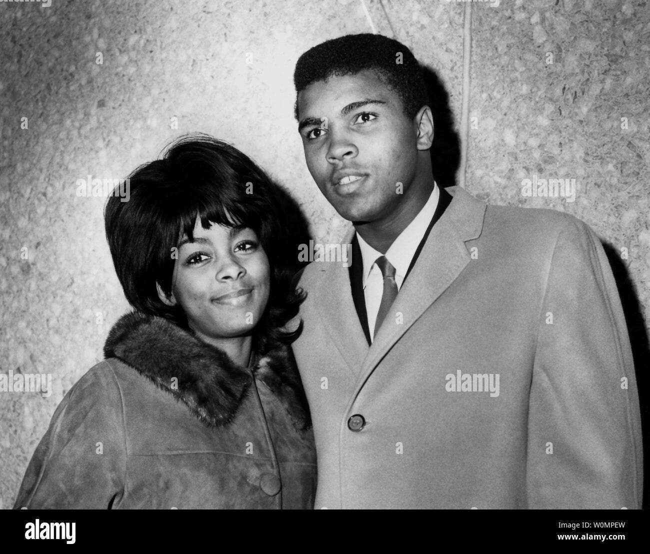 Gran boxeo Muhammad Ali murió a la edad de 74 años en Phoenix, Arizona, el sábado, 4 de junio de 2016. Él era Cassius Clay en 1964 y se encuentra con su esposa Sonji este Noviembre 27, 1964 Foto de archivo de llegar a Chicago, Illinois tras su liberación del Hospital de Boston donde el campeón se sometieron a la cirugía. UPI Foto de stock