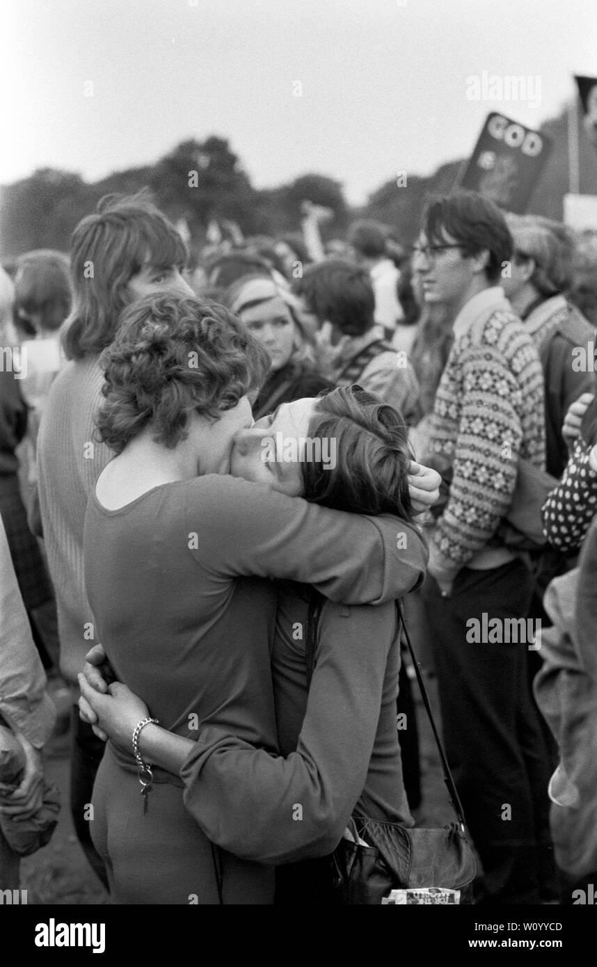 Gay Liberation Front o movimiento de liberación gay, se manifestaron contra el Festival Nacional de la luz. Dos mujeres lesbianas en un abrazo, besar besar como un acto de desafío contra el Festival de la luz el rallye en Hyde Park, Londres, septiembre de 1971 Festival de la luz era un movimiento de protesta de Cristianos contra el inglés llamado sociedad permisiva London UK 1970 LGBTQ HOMER SYKES Foto de stock