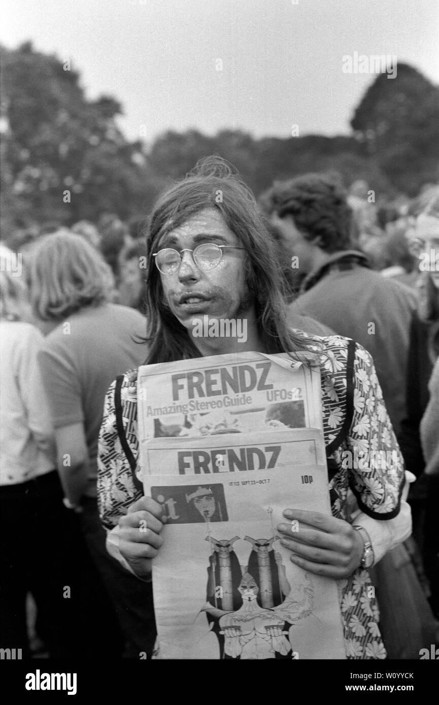Friendz amigos periódico clandestino parte de la sociedad alternativa prensa clandestina que se vende en el Festival Nacional de la luz, Hyde Park, Londres, 1971. 1970 UK HOMER SYKES Foto de stock