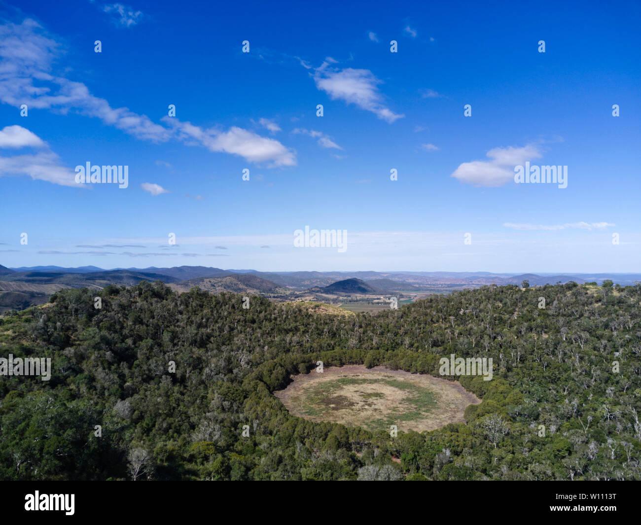 Mt Le Brun, un volcán extinto, contiene dos grandes cráteres que forman los lagos someros. El Parque Nacional de Los Lagos de Coalstoun Queensland Australia Foto de stock