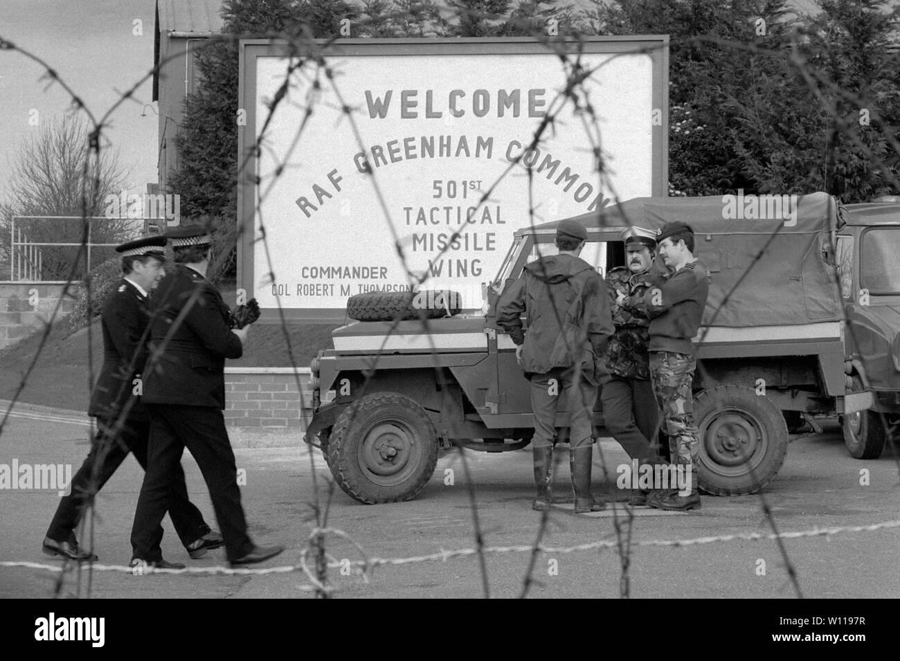 Greenham Common RAF base militar del ejército británico en 1983 la policía protege la base de la RAF, durante la CND Womens Peace Camp bloqueo. 1980 UK HOMER SYKES Foto de stock