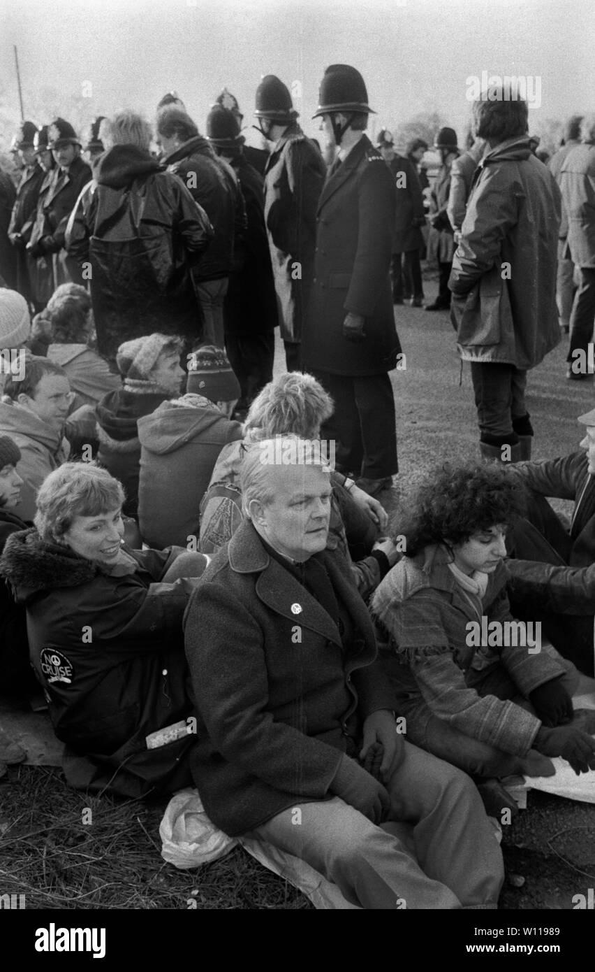 Bruce Kent, el campamento de paz de las mujeres de Greenham Common. Kent es un activista político británico y un ex sacerdote católico romano. Activo en la Campaña para el desarme nuclear la CND. 1980 1983 UK HOMER SYKES Foto de stock
