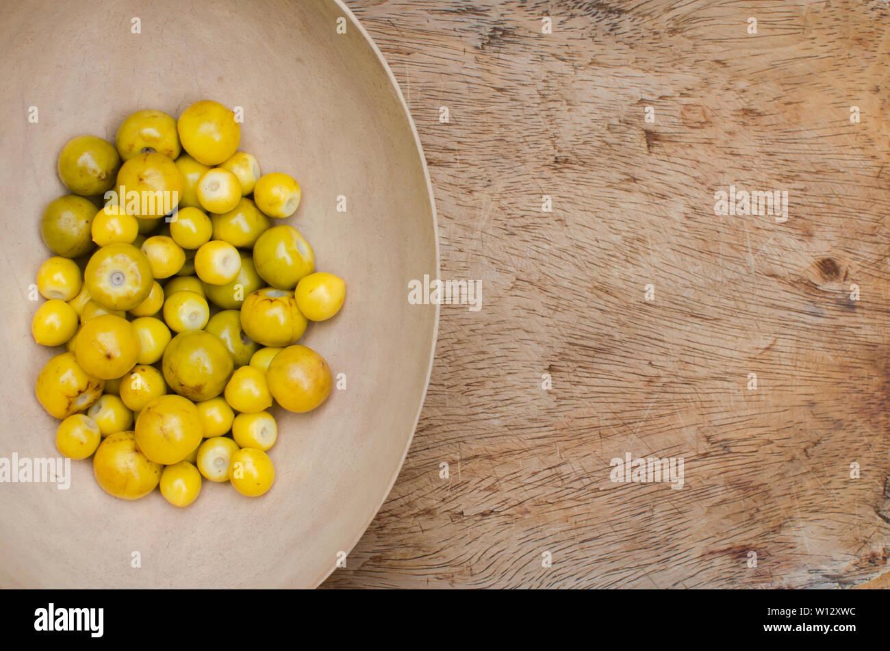 Frutos de Byrsonima crassifolia, un fruto comestible de América tropical Foto de stock