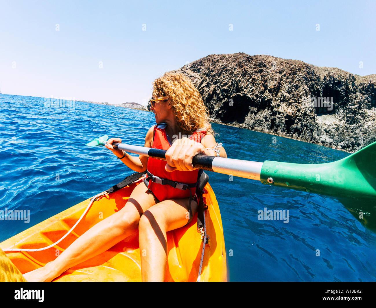 Feliz hermosa mujer de actividad de ocio al aire libre haciendo excursión en kayak en el mar, disfrutando de las vacaciones de verano vacaciones con deportes gente activa - Verano de h Foto de stock