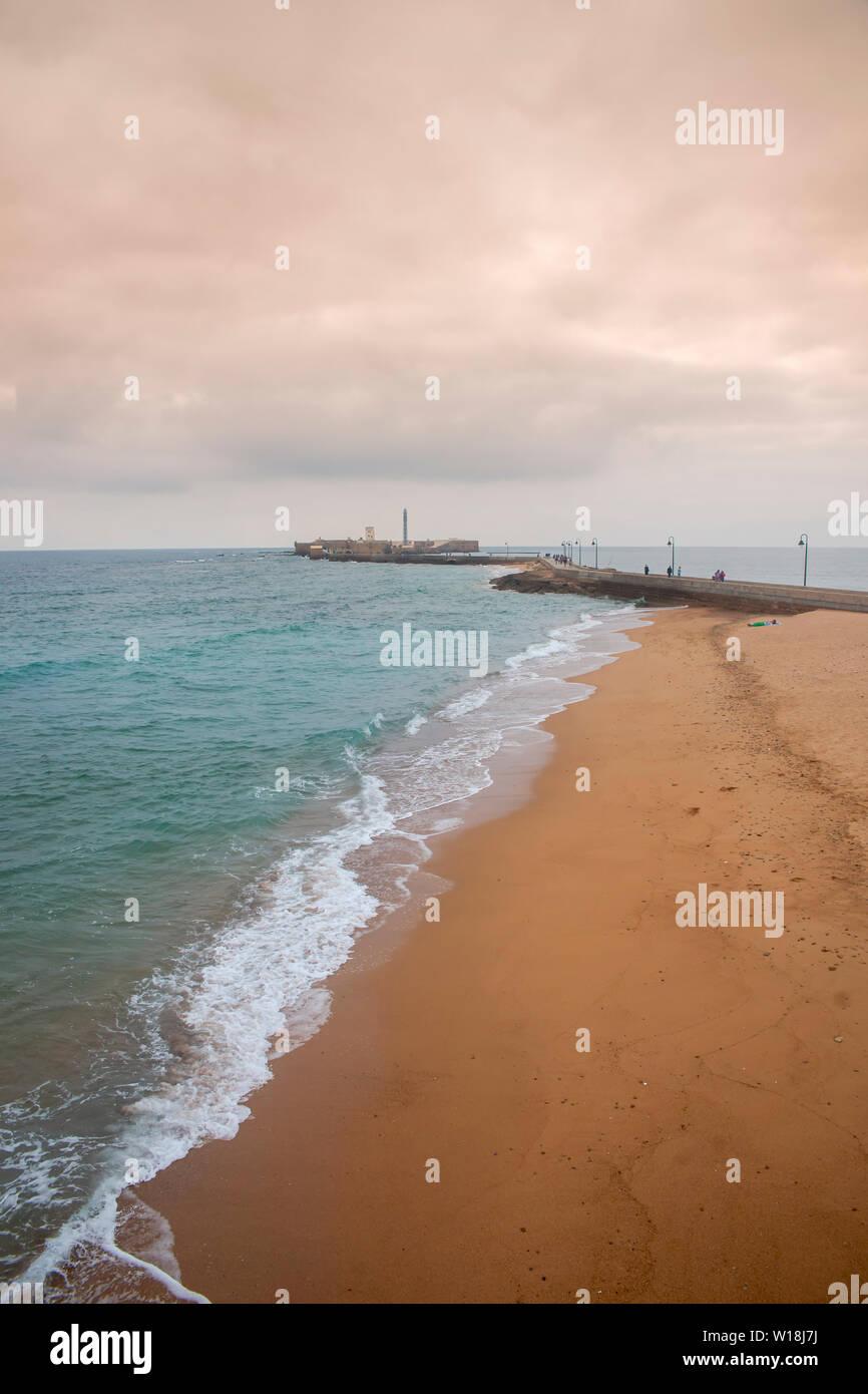 Playa Hermosa en la ciudad de Cádiz, Andalucía Foto de stock