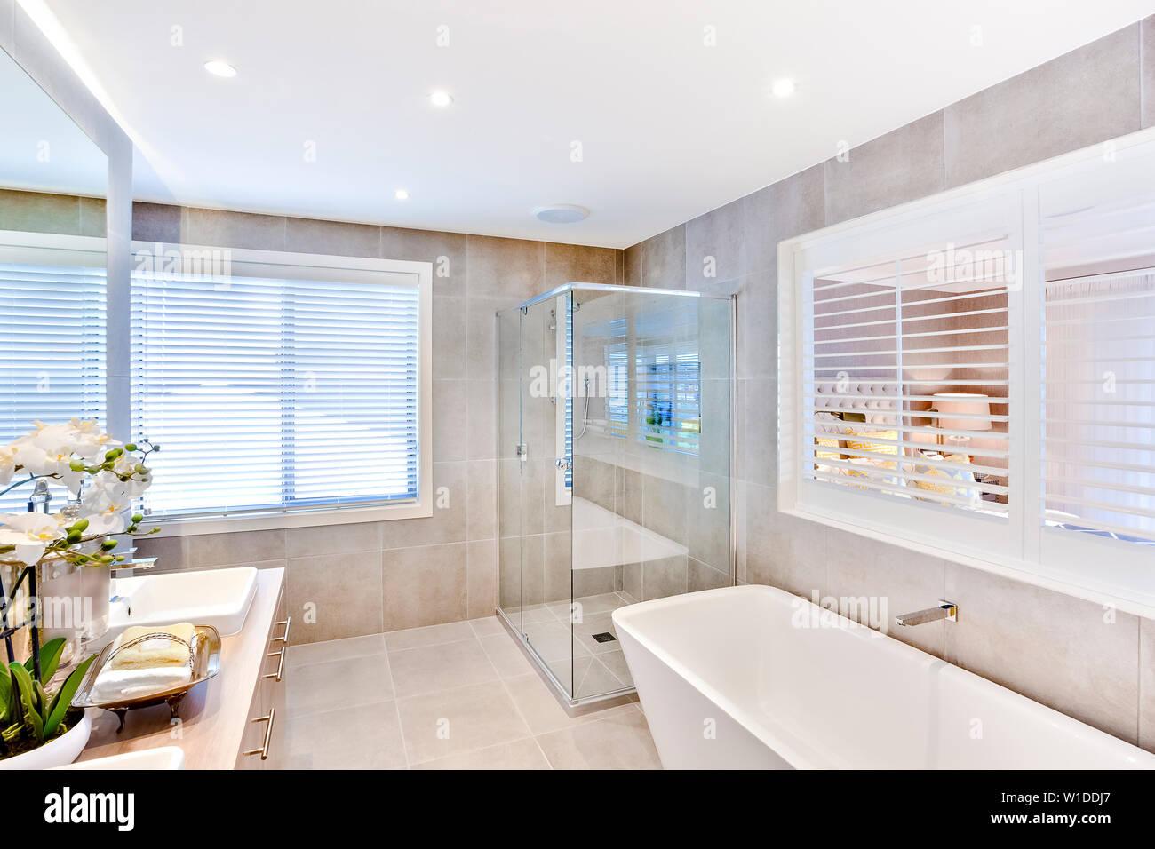Un elegante cuarto de baño con bañera contra la pared y una ...