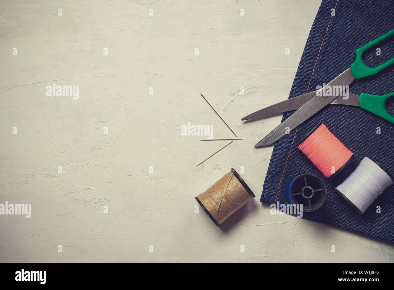 Herramientas y equipos de costura en el piso de madera blanca. Vista superior y espacio para copiar texto. Concepto de sastre o diseñador de moda. Foto de stock