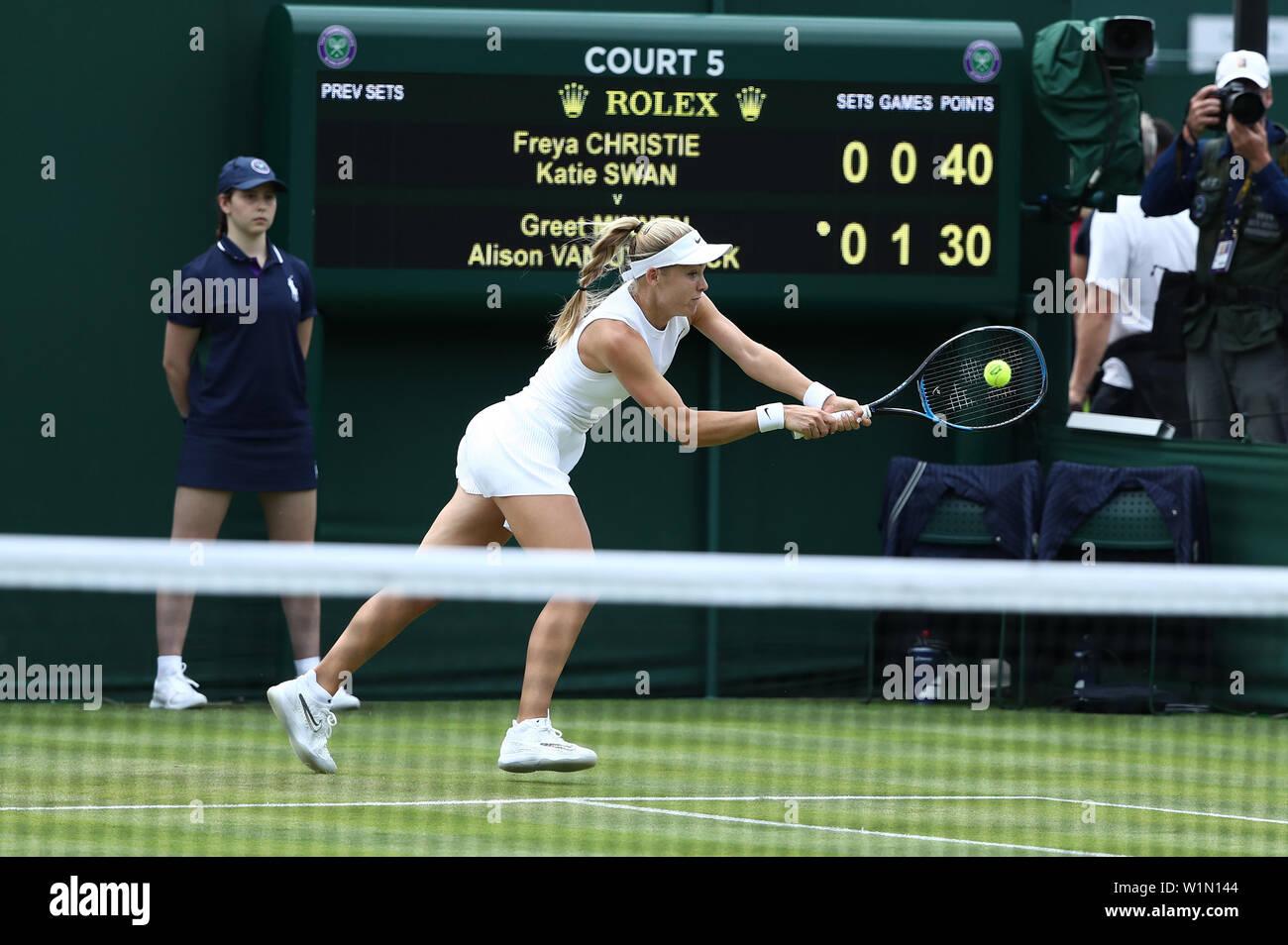 Londres, Reino Unido. Wimbledon, el 03 de julio de 2019, el All England Lawn Tennis y Croquet Club, Wimbledon, Inglaterra, Torneo de Tenis de Wimbledon, el día 3; Katie swan devuelve el crédito de servicio: Además de los deportes de acción Images/Alamy Live News Foto de stock