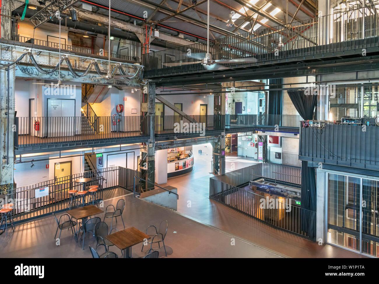 Interior de La Brisbane Powerhouse, un centro de artes en una antigua central eléctrica, Brisbane, Queensland, Australia Foto de stock