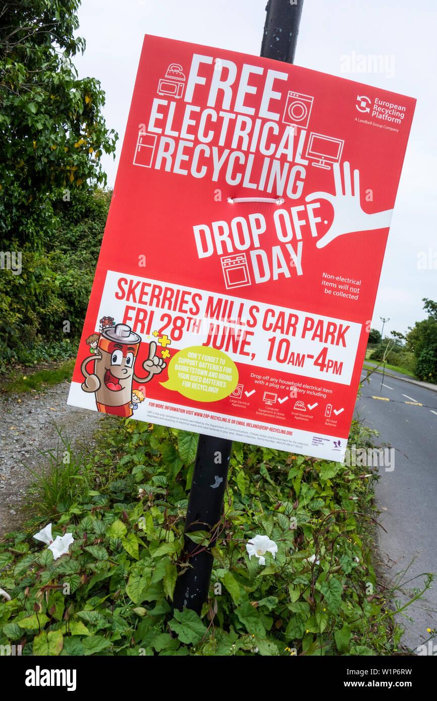 Un aviso informando al público de una próxima caída de bienes eléctricos libres día de reciclaje en Skerries, Dublín, Irlanda Foto de stock