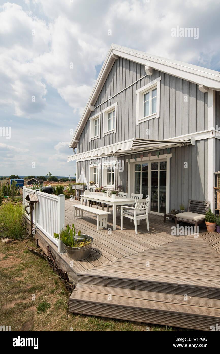 Dos Pisos Gris Casa Unifamiliar Con Terraza En Estilo