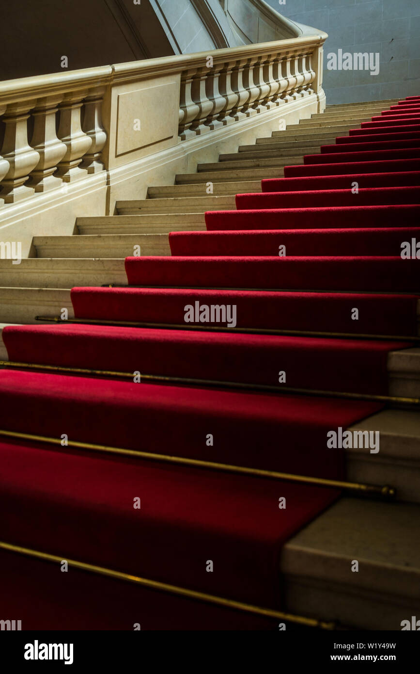 Interior con elegantes escaleras y alfombras rojas, museo de arte e historia, el museo más grande de la ciudad, Ginebra, Suiza. Foto de stock