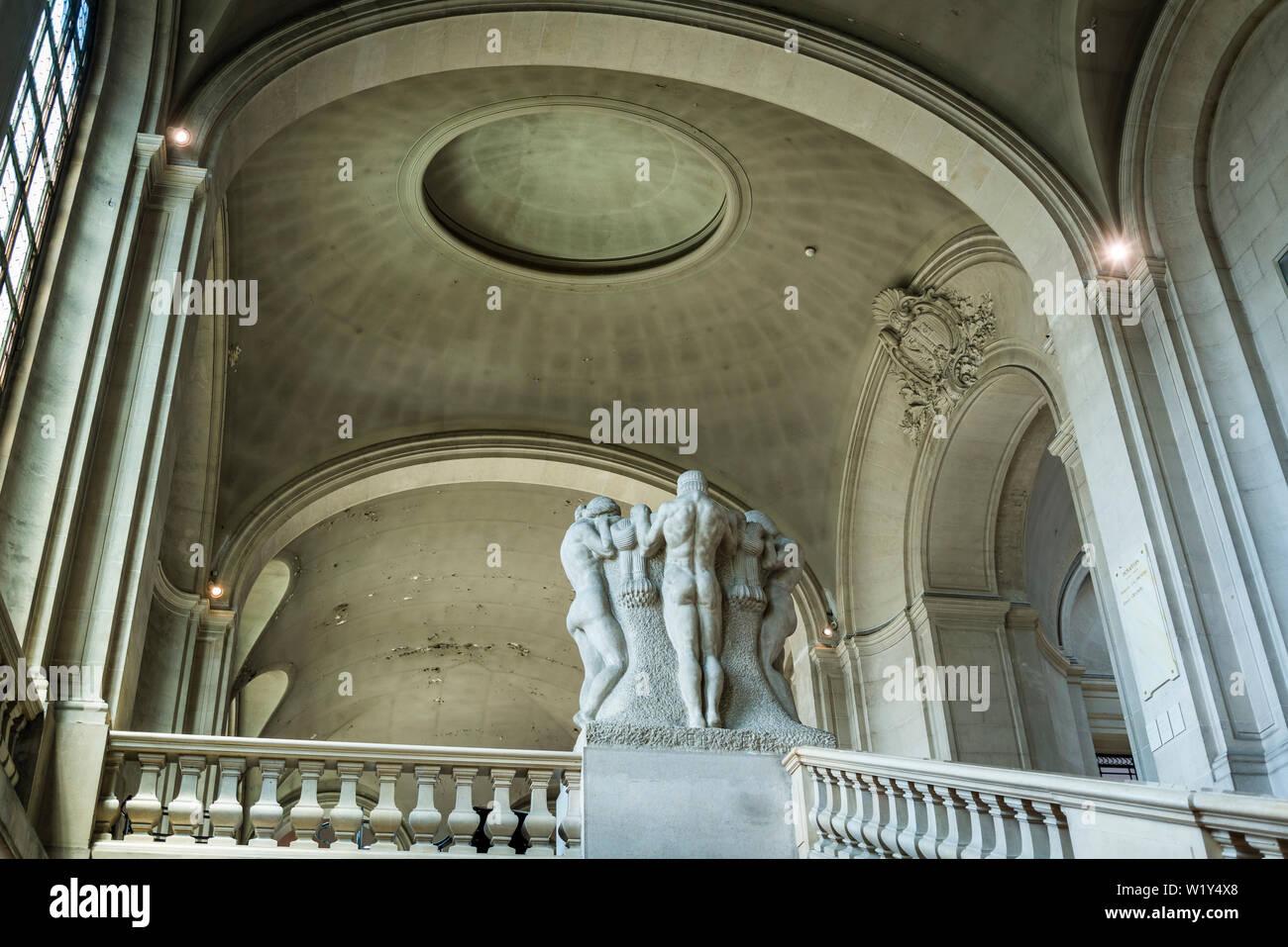 Interior con grupo escultura en la escalera, museo de arte e historia, el museo más grande de la ciudad, Ginebra, Suiza. Foto de stock