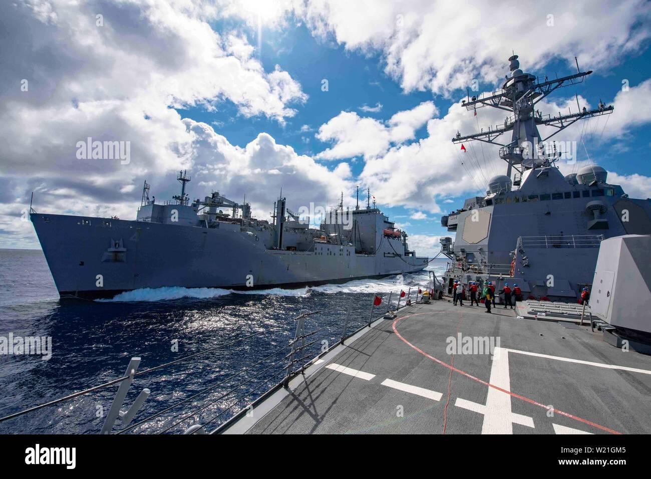 190703-N-JL568-1096 MAR DEL CORAL (Julio 03, 2019) La clase Arleigh Burke de misiles guiados destructor USS McCampbell (DDG 85) realiza una reposición en el mar con el buque de carga seca y municiones USNS Richard E. Byrd (T-AKE 4). Es McCampbell desplegadas a la séptima Flota de EE.UU. zona de operaciones en apoyo de la seguridad y la estabilidad en la región del Indo-Pacífico. (Ee.Uu. Navy photo by Mass Communication Specialist 3ª clase Isaac Maxwell/liberado) Foto de stock