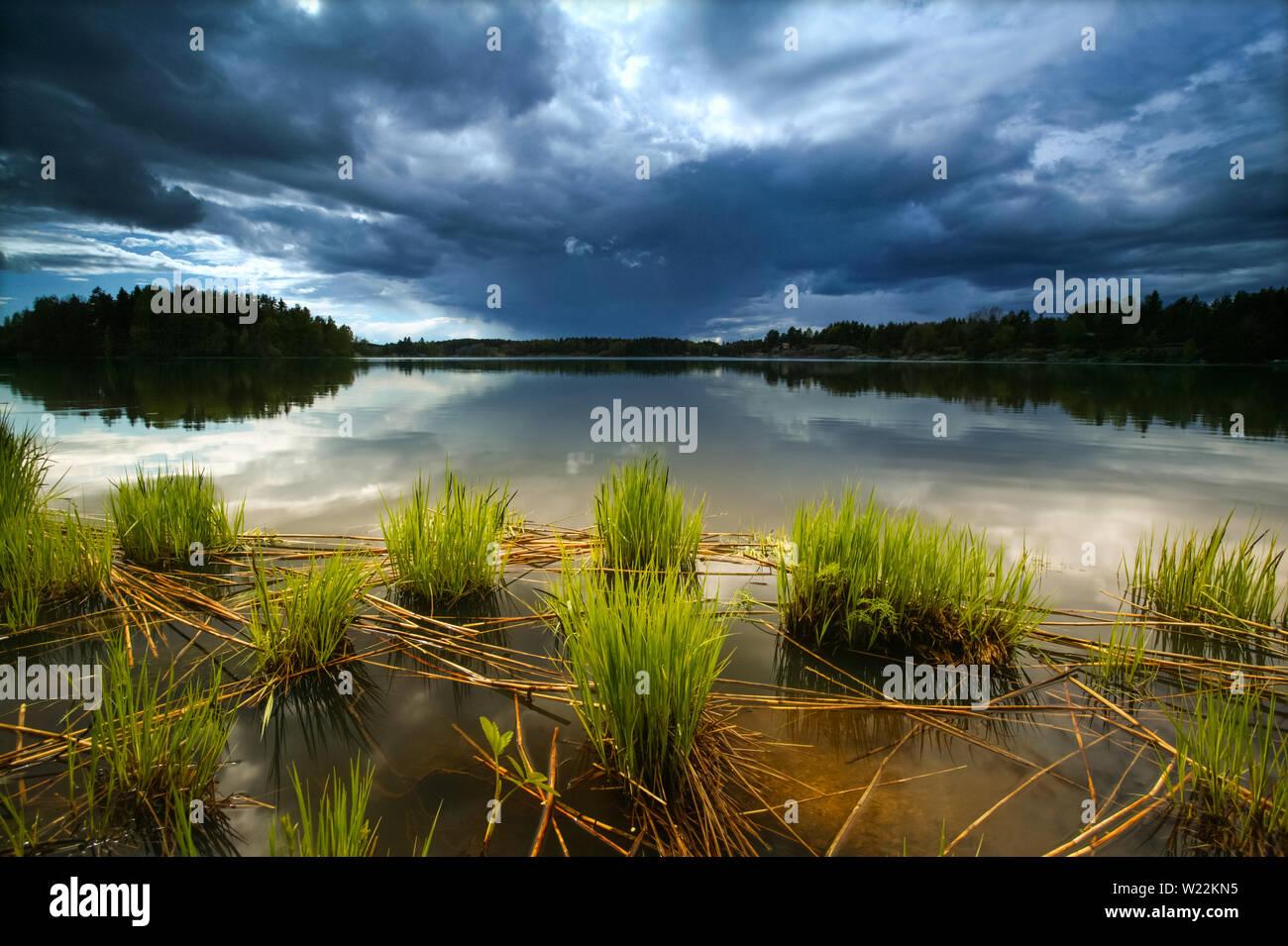 Acercándose a la tormenta en el lago Vansjø Halvorsrød en Østfold, Noruega. Vansjø es el lago más grande de Østfold, y el lago con sus alrededores lagos y ríos que conforman el sistema de abastecimiento de agua denominado Morsavassdraget. Mayo, 2007. Foto de stock
