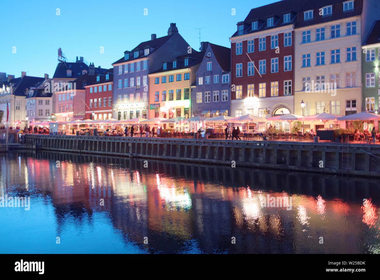 Ver a Nyhavn en Copenhague, Dinamarca, en una tarde de primavera Foto de stock