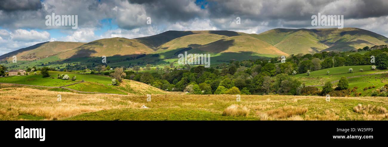 Sedbergh, Cumbria, Reino Unido, y Frostrow Soolbank, vistas panorámicas de las colinas de Tom Croft Howgill Cerro Mirador en carretera a Hawes a través Garsdale Foto de stock