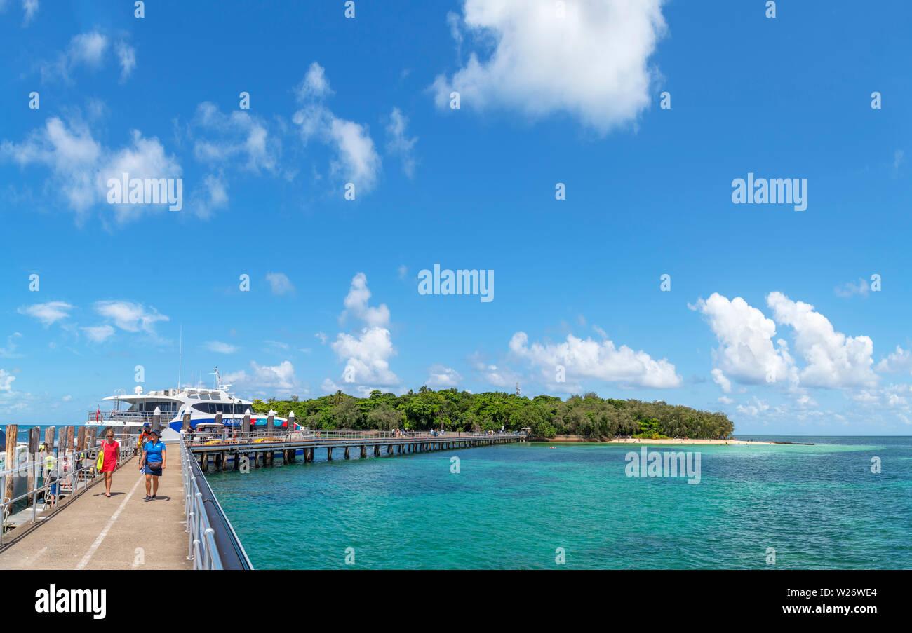 La Gran Barrera de Coral de Australia. Embarcadero en la Isla Verde, un coral cay en el Parque Marino de la Gran Barrera de Coral, Queensland, Australia Foto de stock