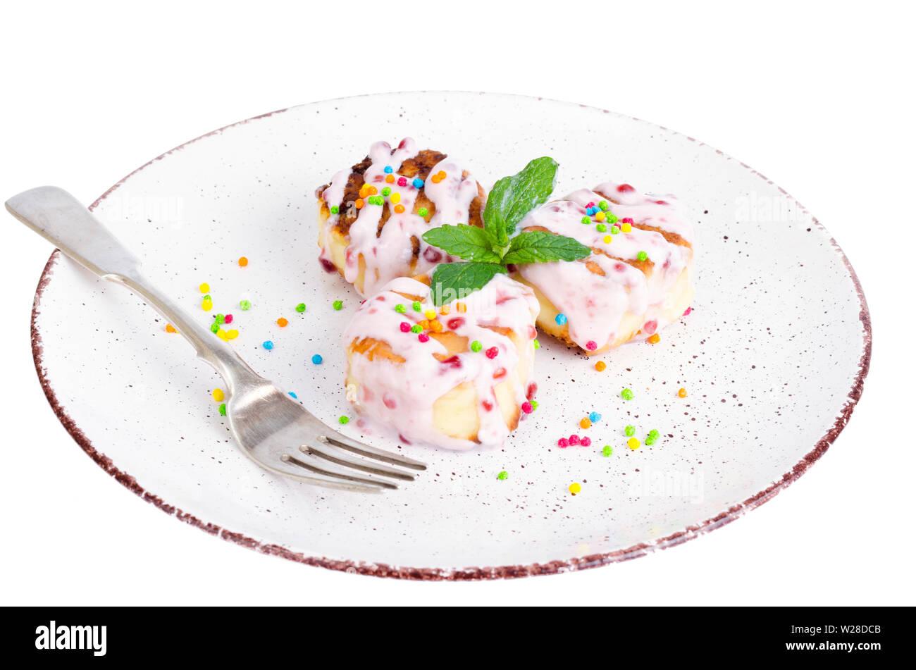 Dulces tartas de queso cuajada con salsa de frutas. Foto de stock