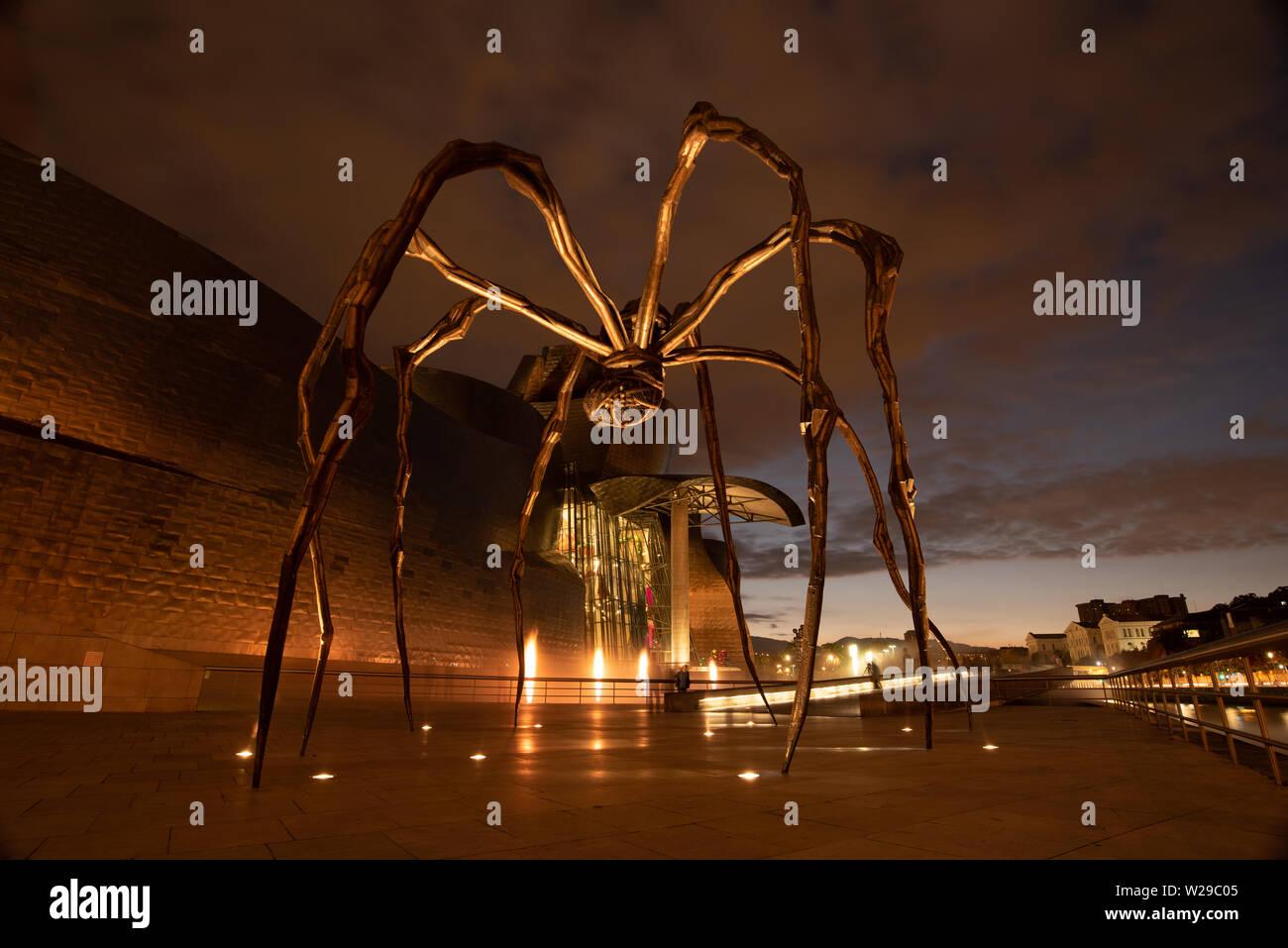 Bilbao, España 16/10-18. La escultura denominada Maman, de Louise Bourgeois está situado en las afueras del museo Guggenheim en Bilbao, España. Foto de stock