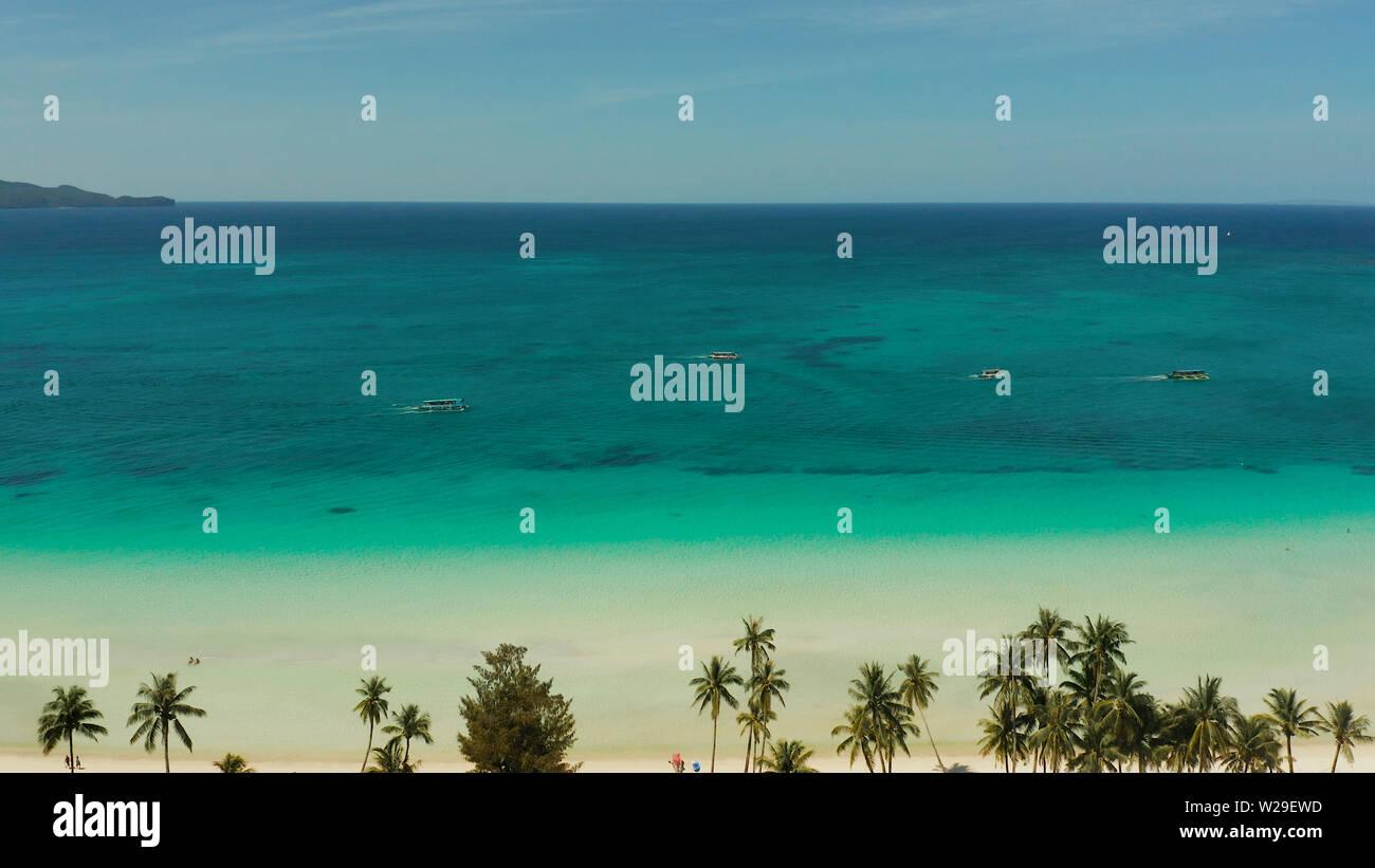 Onda tropical con playa de arena y aguas turquesas,espacio para copiar texto, vista aérea. Mar con olas y playa tropical. Concepto de vacaciones de verano y viajes Foto de stock