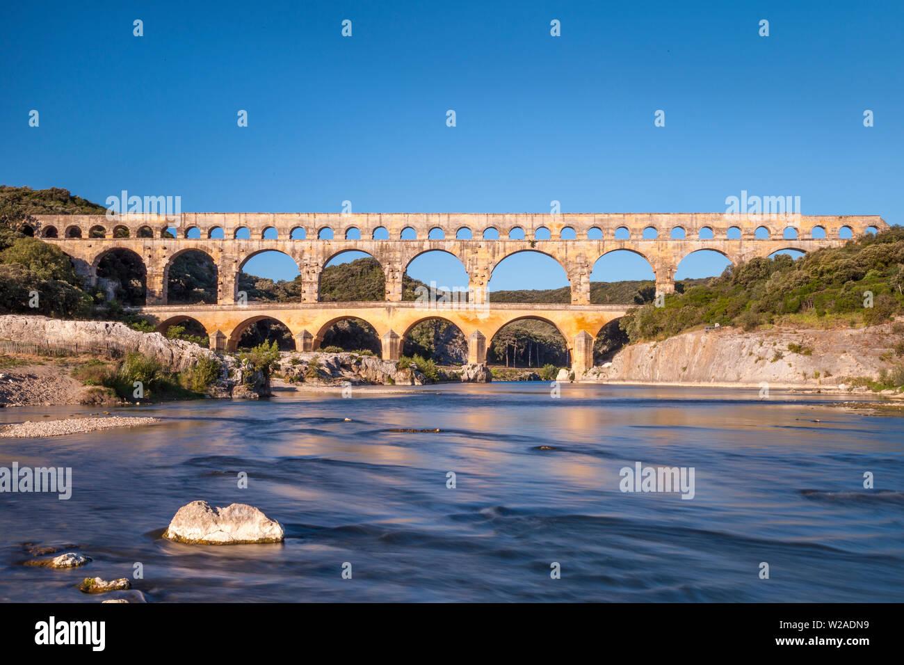 Acueducto romano, el Pont du Gard, cerca de Nimes, Occitanie, Francia Foto de stock