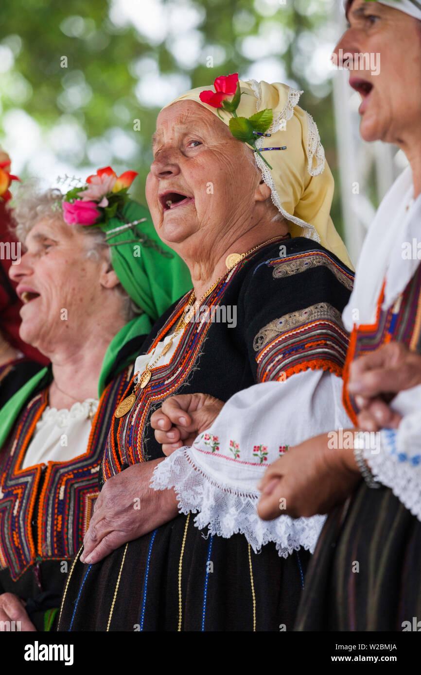 Bulgaria, el sur de las montañas, Bansko, ski resort, personas en trajes étnicos locales, NR Imagen De Stock