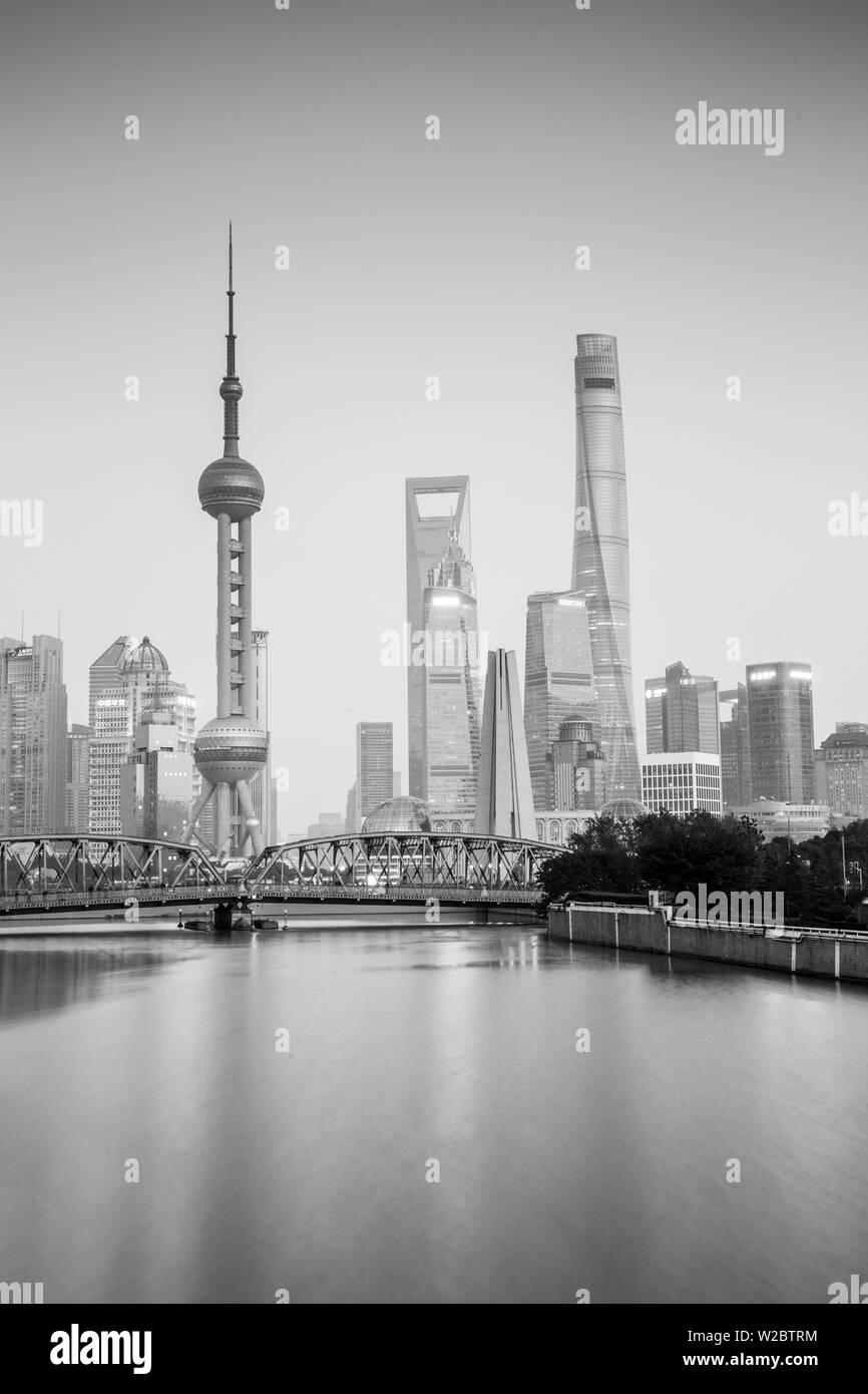 El horizonte de Pudong a través del arroyo Suzhou y puente Waibaidu, Shanghai, China Foto de stock