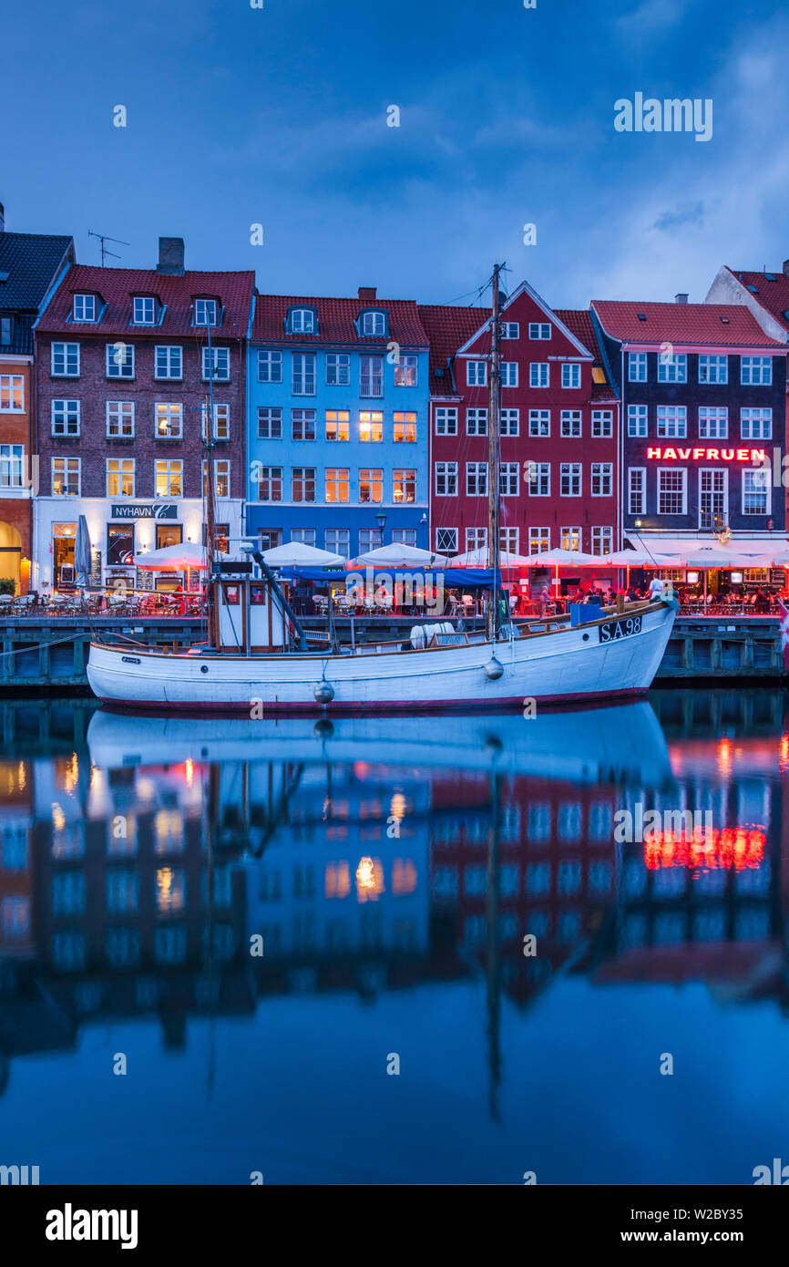 Dinamarca, Zelanda, Copenhague, puerto Nyhavn, noche Foto de stock