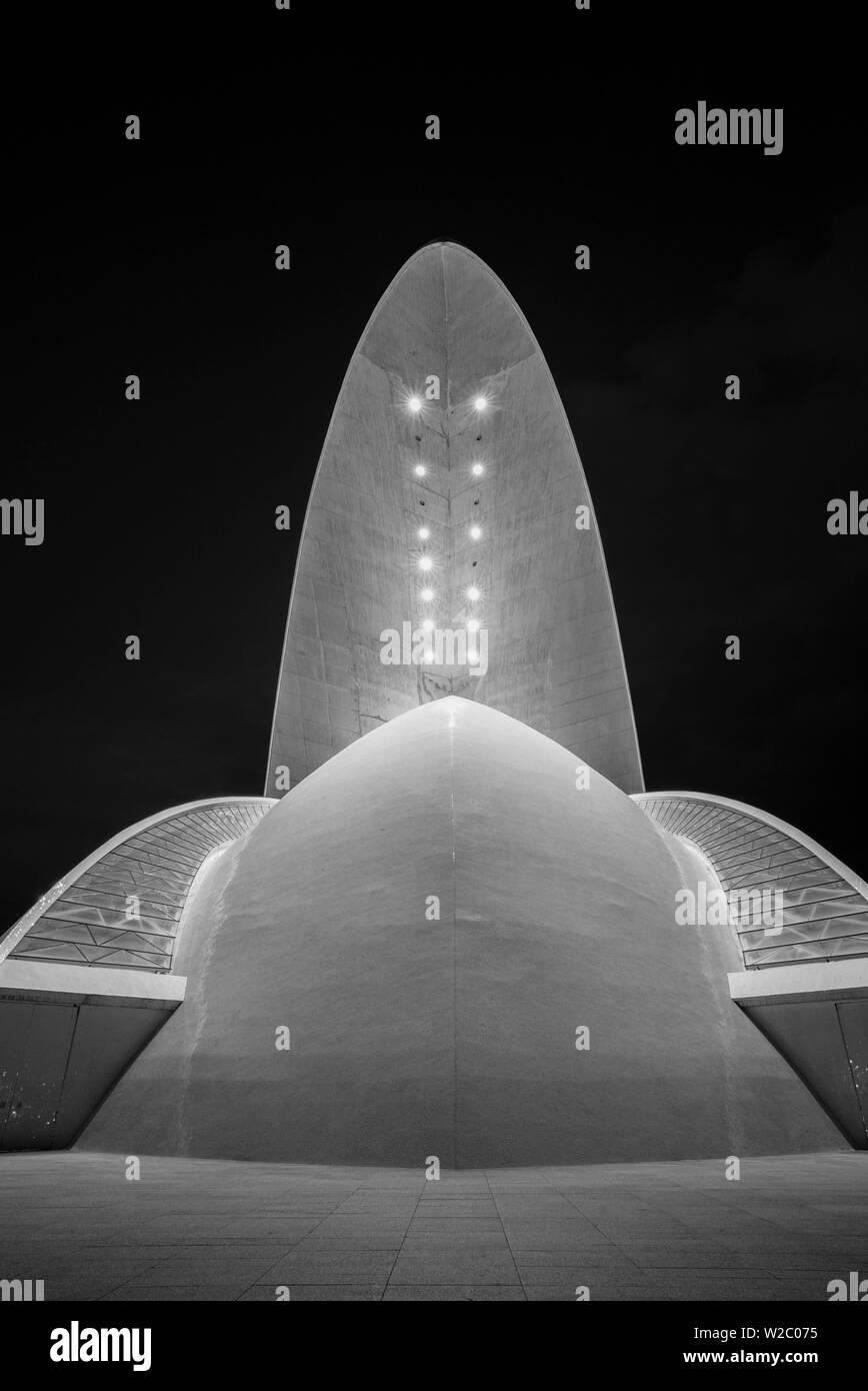 España, Islas Canarias, Tenerife, Santa Cruz de Tenerife, Auditorio de Tenerife Adan Martin diseñado por Santiago Calatrava, el anochecer Imagen De Stock