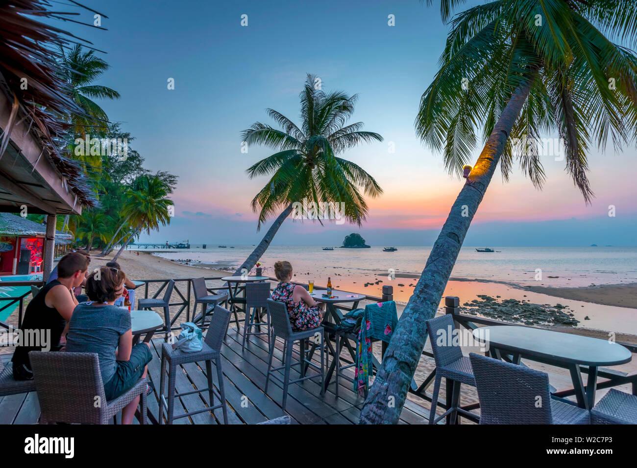 Malasia, Pahang, Pulau Tioman (la isla de Tioman), el Berjaya Beach Berjaya Tioman Resort, Pulau Rengis Rengis (isla) en segundo plano. Foto de stock