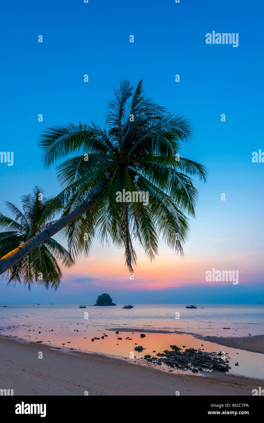 Malasia, Pahang, Pulau Tioman (la isla de Tioman), Berjaya Beach y Pulau Rengis Rengis (isla). Foto de stock
