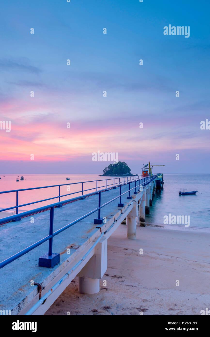 Malasia, Pahang, Pulau Tioman (la isla de Tioman), el Berjaya Beach Berjaya Tioman Resort, el Berjaya Jetty y Pulau Rengis (Rengis Isand) Foto de stock