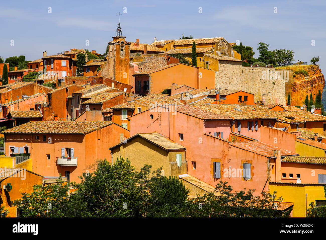 Pintoresco pueblo de Roussillon, Vaucluse, Provenza, Francia. Imagen De Stock