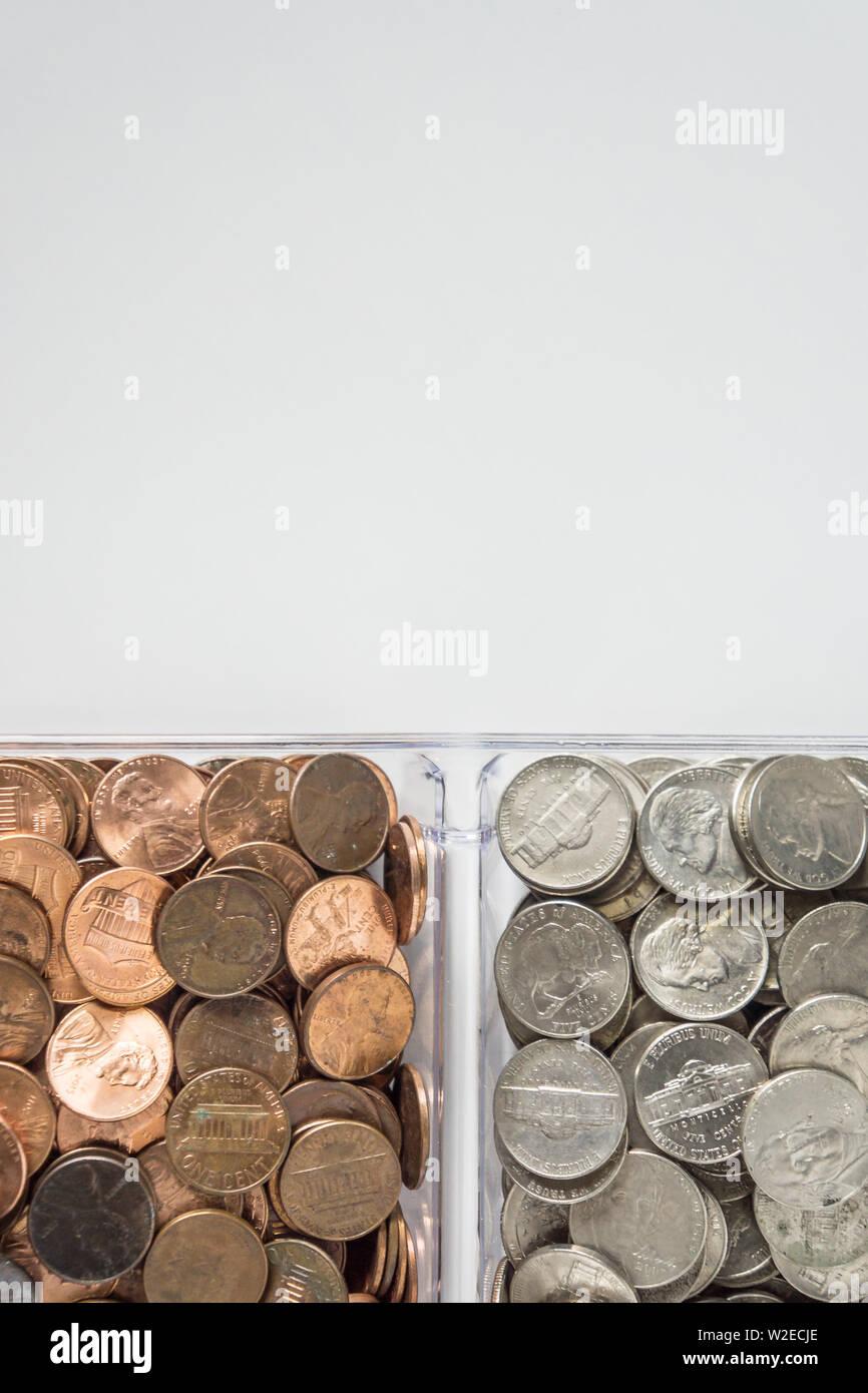 Cambio de moneda suelta organizada aislados en el lado inferior, fondo blanco en blanco el espacio vacío para copiar o texto en la parte superior. Organización Financiera dinero co Foto de stock
