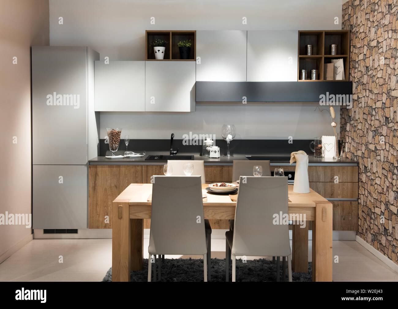 Moderna cocina compacta o kitchenette con construido en ...